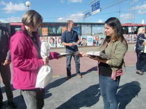 Nooshi och Fredrik delar ut valmaterial på Gullmarsplan