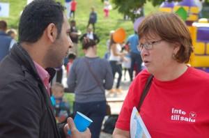 Rosa Lundmark från stadsdelsnämnden pratar med en väljare om Vänsterpartiets förslag för Östberga