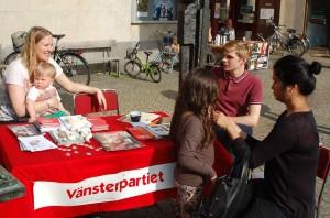Vänsterpartiets bord besöktes av många intresserade